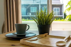 Sopa do copo com o café da manhã do pão na tabela de madeira Foto de Stock Royalty Free
