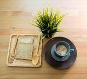 Sopa do copo com o café da manhã do pão na tabela de madeira foto de stock