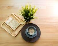 Sopa do copo com o café da manhã do pão na tabela de madeira imagem de stock