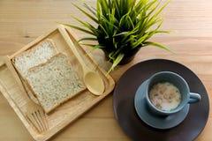 Sopa do copo com o café da manhã do pão na tabela de madeira Fotos de Stock Royalty Free