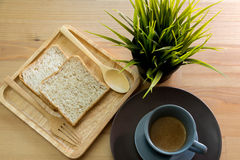 Sopa do copo com o café da manhã do pão na tabela de madeira imagem de stock royalty free