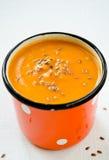 Sopa do creme da cenoura-abóbora do vegetariano com sementes de linho Imagens de Stock Royalty Free