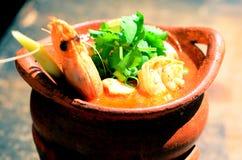 Sopa do goong de Tom yum no potenciômetro de argila fotografia de stock royalty free