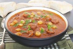 Sopa do grão-de-bico do chorizo do tomate imagem de stock