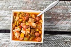Sopa do Gumbo da galinha na tabela do celeiro Imagem de Stock
