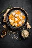 Sopa do legume fresco com almôndegas e cevada de pérola na bacia no fundo preto imagens de stock royalty free