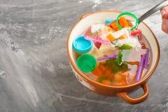 Sopa do lixo, poluição ambiental, lixo, sujeira, plástico, garrafas O conceito do salvação é poluição do lixo dentro fotografia de stock