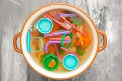 Sopa do lixo, poluição ambiental, lixo, sujeira, plástico, garrafas Salvamento da concepção do solo do lixo no oceano foto de stock