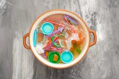 Sopa do lixo, poluição ambiental, lixo, sujeira, plástico, garrafas Salvamento da concepção do solo do lixo no oceano foto de stock royalty free