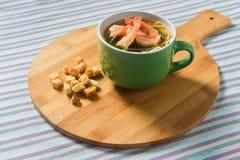 Sopa do marisco com macarronetes e camarões Imagens de Stock