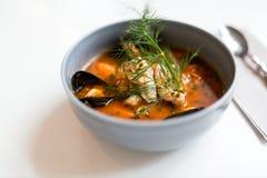 Sopa do marisco com peixes e os mexilhões azuis na bacia Imagens de Stock Royalty Free
