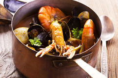 Sopa do marisco na caçarola fotos de stock royalty free