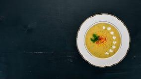 Sopa do milho com legumes frescos em uma bacia Alimento saud?vel foto de stock royalty free