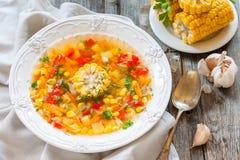 Sopa do milho da sopa do milho com vegetais foto de stock