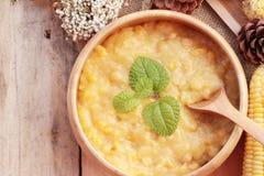 Sopa do milho do condensado em uma bacia de madeira imagens de stock royalty free