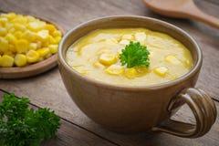 Sopa do milho na bacia e no milho doce na placa Fotografia de Stock Royalty Free