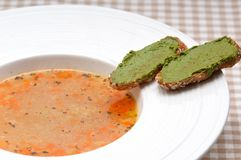 sopa do minestrone de 3939714 italianos com o crostini do pesto no lado imagem de stock