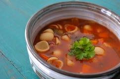 Sopa do minestrone servida em uma bacia da argila Fotos de Stock