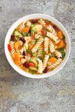 Sopa do minestrone Sopa vegetal com tomate, aipo, a cenoura, o abobrinha, a cebola, pimento, os feijões e massa frescos Imagens de Stock