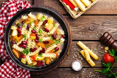 Sopa do minestrone Sopa vegetal com tomate, aipo, a cenoura, o abobrinha, a cebola, pimento, os feijões e massa frescos Prato do  Imagem de Stock Royalty Free