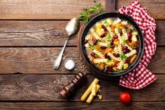 Sopa do minestrone Sopa vegetal com tomate, aipo, a cenoura, o abobrinha, a cebola, pimento, os feijões e massa frescos Prato do  Imagens de Stock Royalty Free