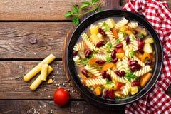 Sopa do minestrone Sopa vegetal com tomate, aipo, a cenoura, o abobrinha, a cebola, pimento, os feijões e massa frescos Prato do  Fotos de Stock Royalty Free