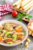 Sopa do minestrone Sopa vegetal com tomate, aipo, a cenoura, o abobrinha, a cebola, pimento, os feijões e massa frescos Prato do  Imagem de Stock