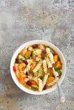 Sopa do minestrone Sopa vegetal com tomate, aipo, a cenoura, o abobrinha, a cebola, pimento, os feijões e massa frescos Prato do  Fotos de Stock