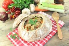 Sopa do pão com verdes e pão torrado Foto de Stock Royalty Free