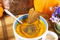 Sopa do puré da abóbora com a laranja doce vegetal de creme fotos de stock