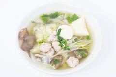 A sopa do Tofu com ovos da carne de porco salta no prato no fundo branco Imagem de Stock Royalty Free