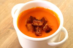 Sopa do tomate com fritos de pão A Foto de Stock Royalty Free