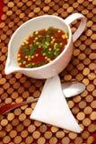Sopa do tomate com fritos de pão, colher, e guardanapo Fotos de Stock Royalty Free