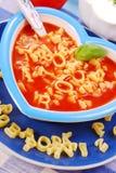 Sopa do tomate com massa para a criança Fotos de Stock Royalty Free