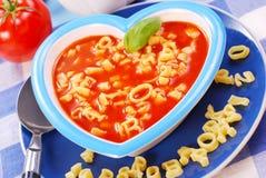 Sopa do tomate com massa para a criança Foto de Stock Royalty Free