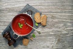 Sopa do tomate com refeição do pão imagem de stock royalty free