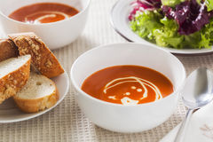 Sopa do tomate com salada lateral e pão duro Fotografia de Stock
