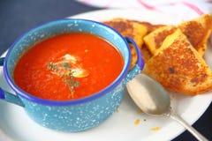 Sopa do tomate e queijo grelhado imagem de stock royalty free