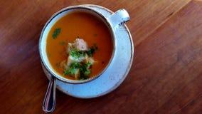 Sopa do tomate em uma tabela de madeira Imagens de Stock Royalty Free