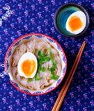 Sopa do vegetariano de macarronetes de arroz com salsa e ovo cozido Foto de Stock Royalty Free