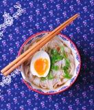 Sopa do vegetariano de macarronetes de arroz com salsa e ovo cozido Fotos de Stock