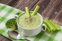 Sopa dos brócolis com aipo Imagens de Stock
