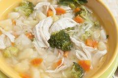 Sopa dos brócolis com galinha, cenouras, batatas e salsa Foto de Stock Royalty Free