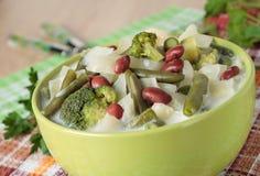 Sopa dos brócolis, da couve, da couve-flor, dos feijões e do creme Imagens de Stock Royalty Free