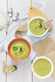 Sopa dos brócolis no fundo branco, vista superior Fotografia de Stock