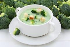 Sopa dos brócolos na bacia Foto de Stock Royalty Free
