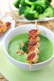 Sopa dos bróculos com galinha skewered imagem de stock royalty free