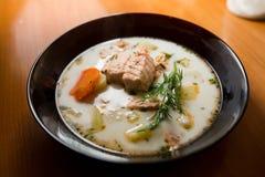 Sopa dos peixes de Finlandia com salmões imagem de stock royalty free