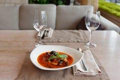 Sopa dos peixes do tomate na tabela, ajuste de lugar fotos de stock royalty free