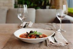 Sopa dos peixes do tomate na tabela, ajuste de lugar foto de stock royalty free